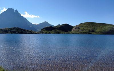 Coucou, une vue sur le pic du midi d'Ossau, site très touristique, me voilà dans les Hautes-Pyrénées, ou j'ai passé le col de Hourquette d'Arres à 2665m, je me dirige vers le lac d'Estaing, bises… Thierry