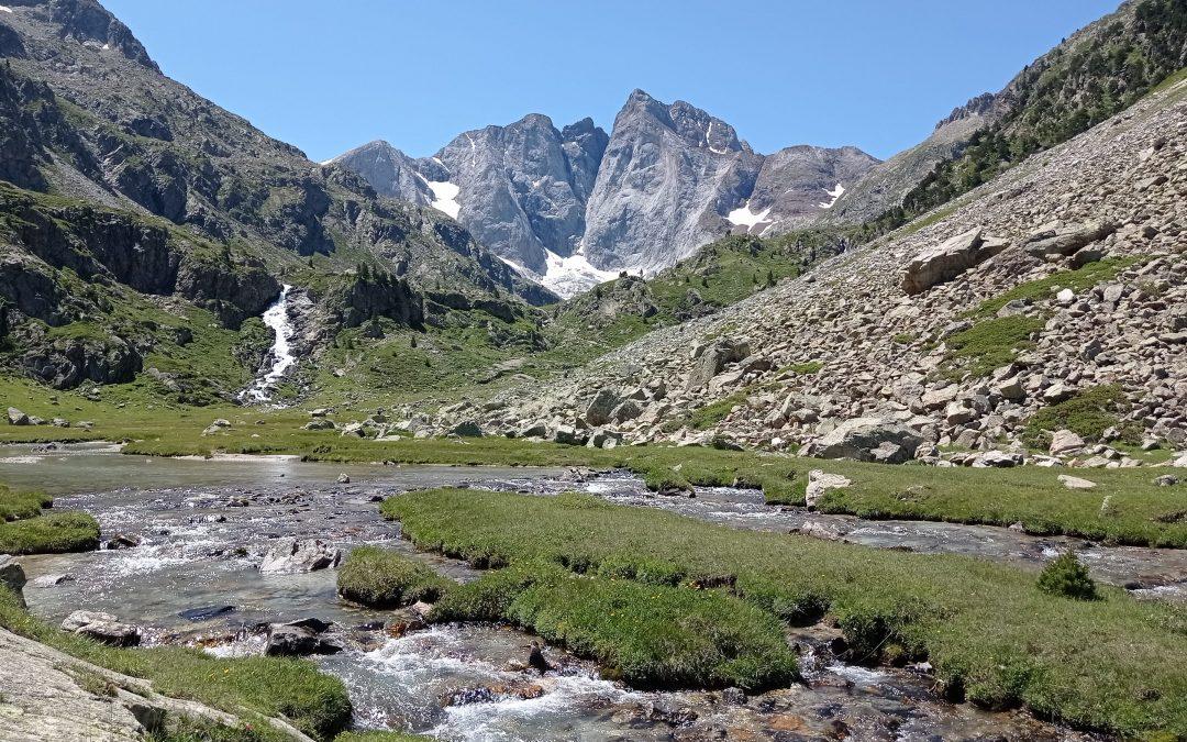 Bonjour à tous, vue sur le plus haut sommet des Pyrénées françaises, le Vignemale 3298m, je n'ai pus résister à grimper sur son voisin le Petit Vignemale 3034m, la vue panoramique fut merveilleuse, un vrai cadeau. Les voies abruptes des montagnes sont comme la Vie, une fois dépassées malgré les difficultés, quelle réjouissance…