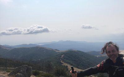 Bonjour à tous, le Puig Neulós est le point culminant des Albères 1256m et marque la frontière entre la France et l'Espagne. Entre la tour de pierre édifié par le berger Manel et une très grosse antenne relais cette superbe vue à 360 degrés nous permet de distinguer la vallée du Roussillon, la Méditerranée, la chaîne des Pyrénées, la baie de Rosas…   Concert d'été Souvenir de Manel : Comme la tour, la source lui paraissait aussi vivante que les bêtes de son troupeau. Il la savait immortelle et lui confiait un coeur durable. L'eau glisse toujours comme si elle tombait d'une étoile 🌟. Celui qui s'y penche y retrouve le visage du vieux berger…             Josep Sebastià Pons